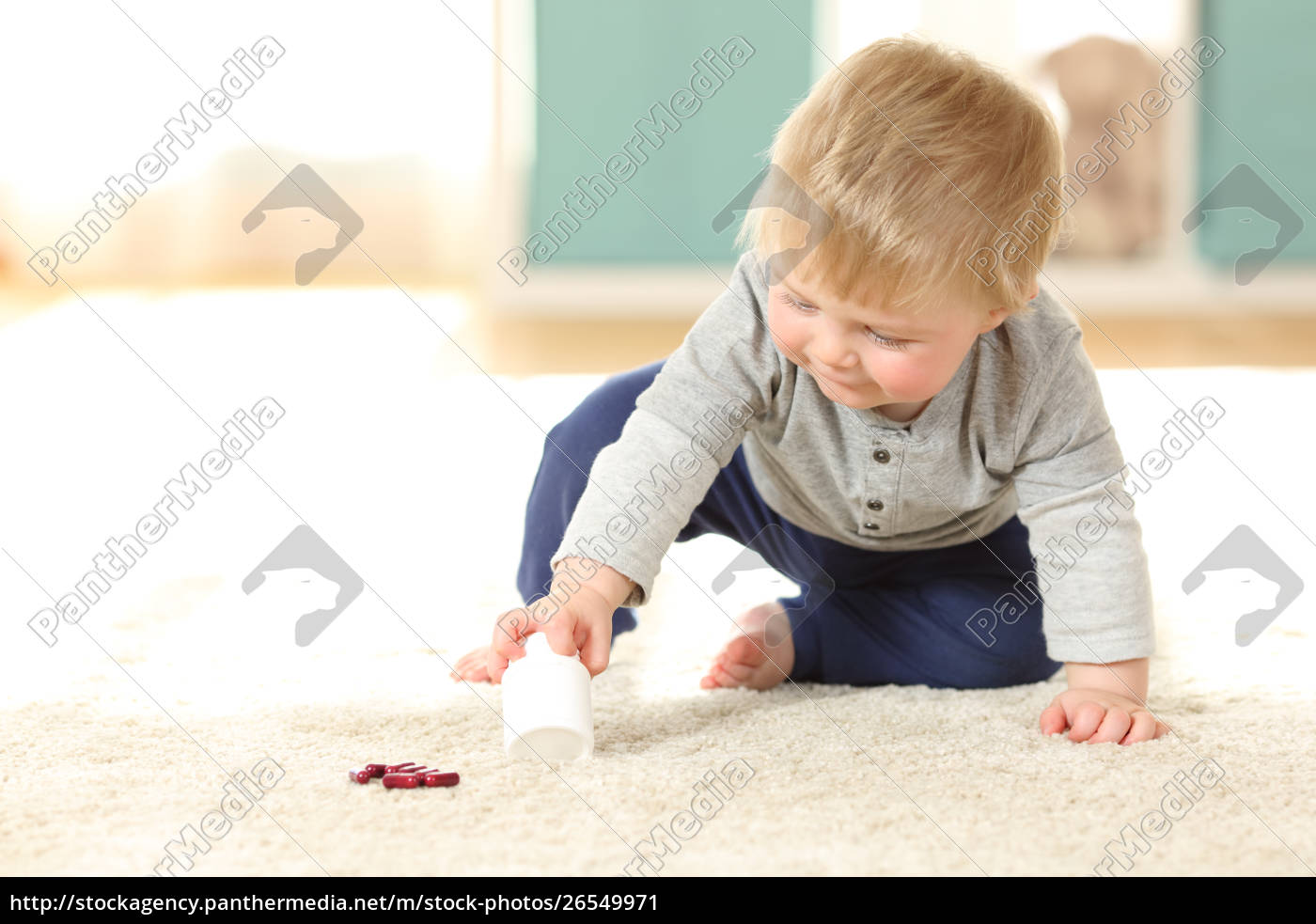 baby, in, gefahr, mit, einer, flasche, pillen - 26549971