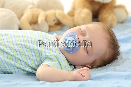 baby schlafen mit einem pazifier