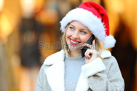frau telefoniert zu weihnachten auf der