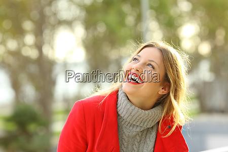 unbekuemmert gluecklich maedchen lachen blick ueber
