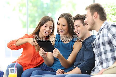 gruppe von freunden die tablet inhalte