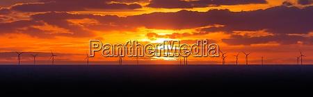 panorama sonnenuntergang sonne auf windmuehlen offshore