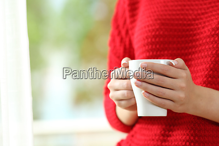 frau haende halten eine kaffeetasse