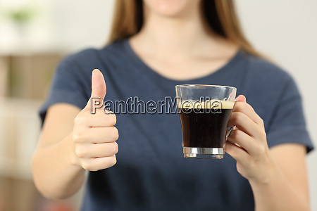 frau haende halten eine kaffeetasse mit