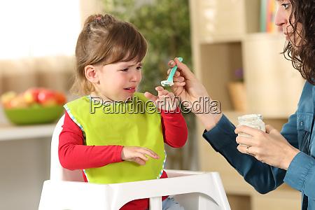 kleinkind weint zur mittagszeit