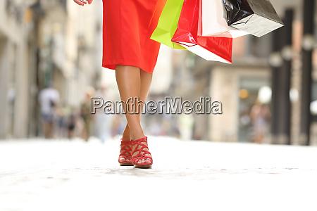 beauty frau beine laufen mit einkaufstaschen