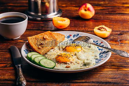 toast mit gebratenen eiern gemuese und