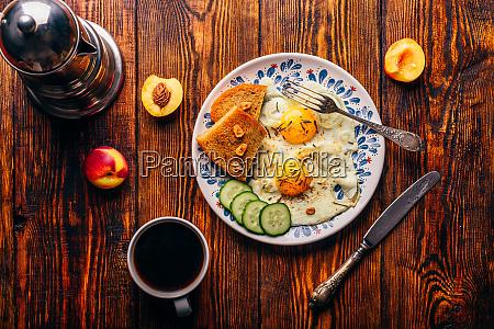 fruehstueckstoast mit spiegelierten eiern