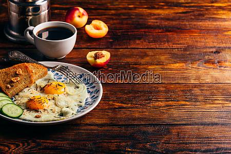 fruehstueckstoast spiegeleier und kaffee