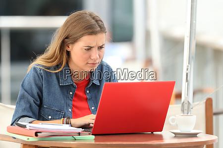 verwirrte studentsuche online mit einem laptop