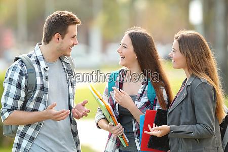 drei studenten sprechen auf der strasse