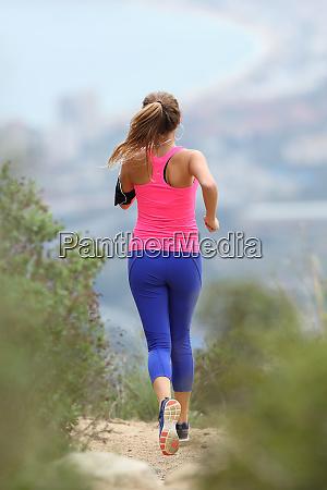 rückansicht, eines, läufers, der, im, land, läuft - 26575244