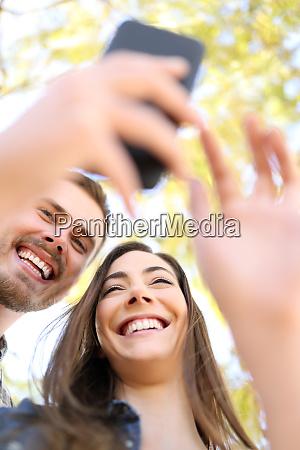 glueckliches paar mit smartphone zusammen in