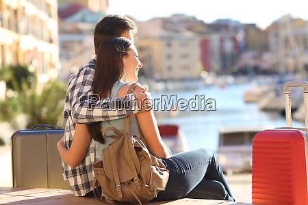 paare von touristen beobachten urlaub ziel