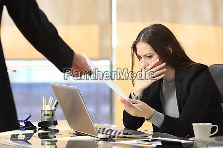 besorgte geschaeftsfrau erhaelt anzeige