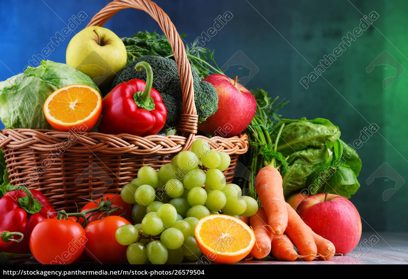 c89fa5f9a3 Lizenzfreies Foto 26579504 - Frisches Bio Obst und Gemüse in Weidenkorb