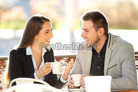 zwei fuehrungskraefte sprechen waehrend einer kaffeepause