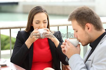 fuehrungskraefte trinken kaffeetassen in einer bar