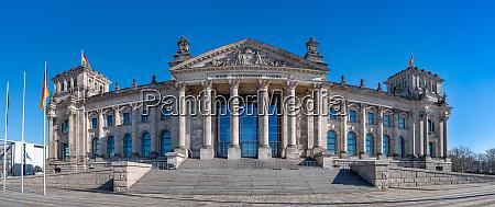 das beruehmte reichstagsgebaeude in berlin deutschland