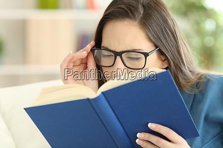 frau leidet augenzug lesen ein buch