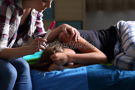 schwester troestet einen schwangeren traurigen teenager