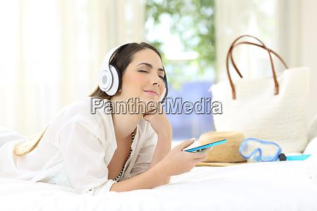 frau die musik hoert und sich
