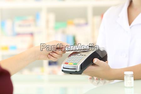 kunden zahlen mit kreditkarte reader in