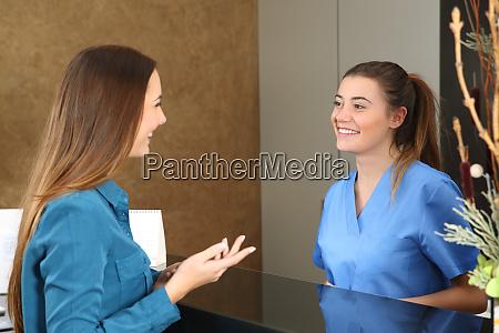 krankenschwester besucht patienten an der rezeption