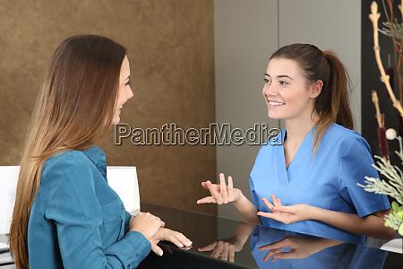 zahnarzt oder krankenschwester die einen patienten