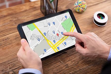 person nutzt gps karte auf tablet