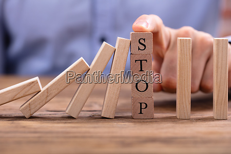 holzbloecke mit stop text stoppen fallende