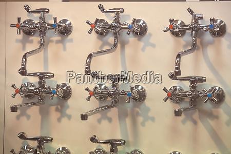 faucets an einer wand