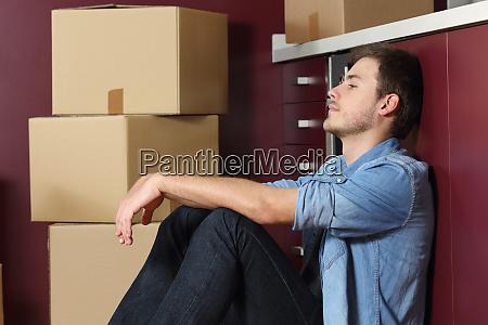 trauriger mann zieht nach hause sitzend