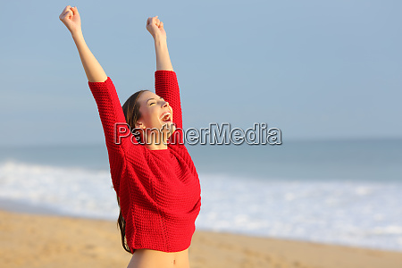 gluecklich lustige aufgeregte frau am strand