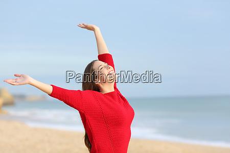 glueckliche froehliche frau aufgeregt am strand