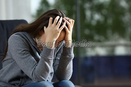 traurige frau beschwert sich allein auf