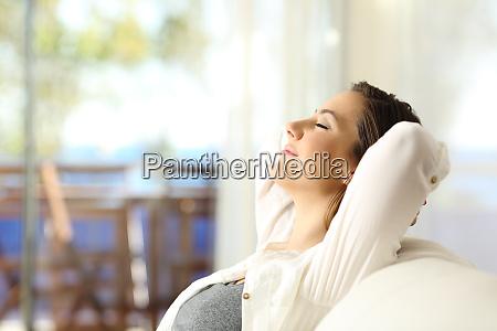 frau entspannt sich im urlaub in