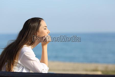 frau entspannt sich am strand