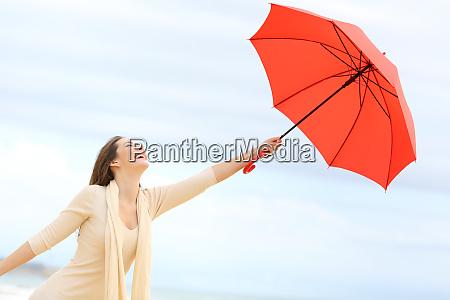 verspielte maedchen scherzt mit regenschirm