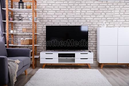 wohnraum mit couch und fernsehen