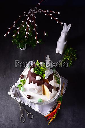 osterkuchen mit zucker und schokoladenglasur