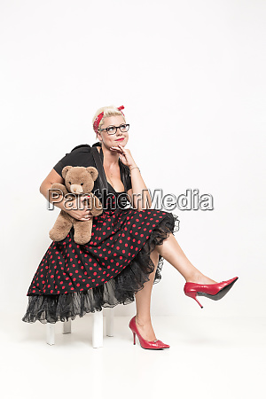 rockabilly dame mit kuscheligen teddybaeren
