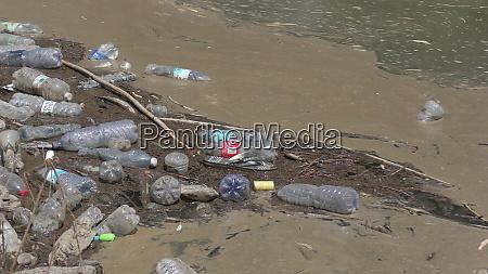ein fluss der verschmutzung plastikflaschen die