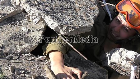 israelischer heimatschutzsoldat sanitaeter haelt die hand