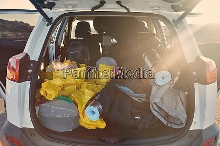 kofferraum mit sachen zum campen