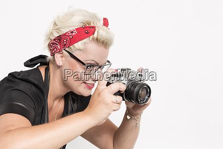 rockabilly dame mit nostalgischer spiegelreflexkamera