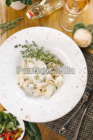 penne pasta mit brokkoli und blumenkohl