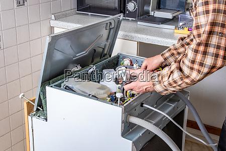 menschen in techniker jobs geraetereparaturtechniker oder