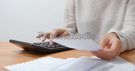 hausfrau berechnet die ausgaben zu hause