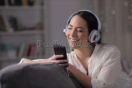 glueckliche frau hoert musik und fuehlt